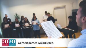 Beim Musizieren im Musiksaal